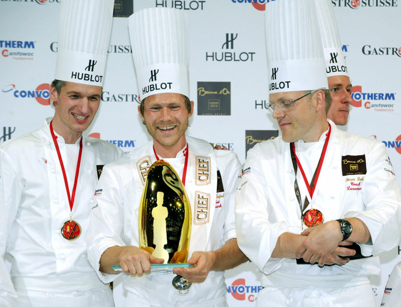 36-årige Rasmus Kofoed, i midten, sikrede sig guldmedaljen bed Bocuse d'Or i Lyon onsdag aften.