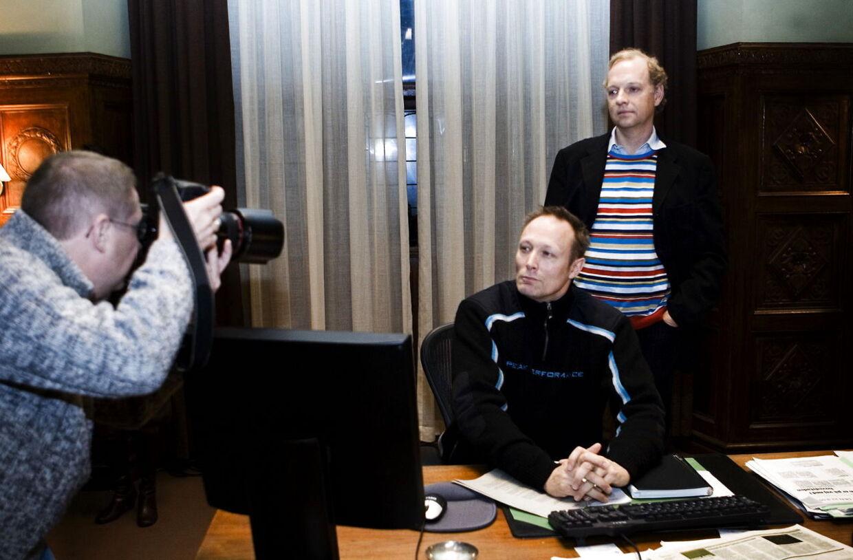 Lars Mikkelsen og Henning Moritzens søn, Michael, under optagelsen i DR-Dramas ´Forbrydelsen'.