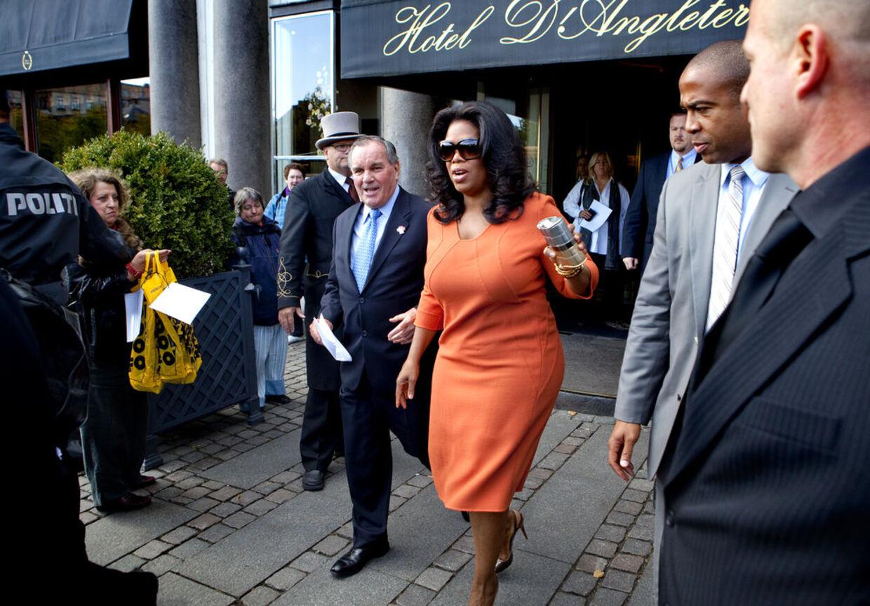 Oprah i fin form forlader hotel d´Angleterre for at tage til frokost på den amerikanske ambassade