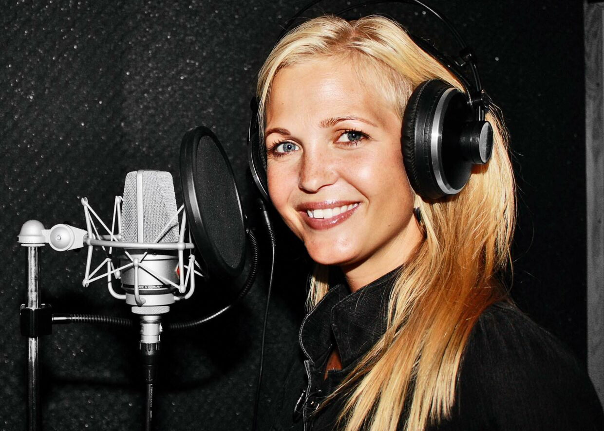 "Her er Tina Lund i studiet for at indsynge sin nye sang ""Take A Ride"". Sangen kan købes via iTunes"
