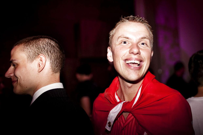 Sidste år gik det ikke så godt. I år skal der ske noget nyt. Danskerne skal ikke finde et radio-hit, men en ægte Grand Prix-festsang. Og udvalget af sange med gang i er bedre end nogensinde, siger Grand Prix-eksperten Ole Tøpholm, der her ses til Eurovision 2010-efterfest på Hotel Plaza.
