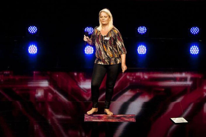 41-årige Anne Hvid har været fan af Anne Linnet siden hun var 16 år. I fredagens program får hun endelig muligheden for at vise idolet, hvad hun kan. På scenen ligger en tegning, hun har tegnet af og til den danske sangerinde.