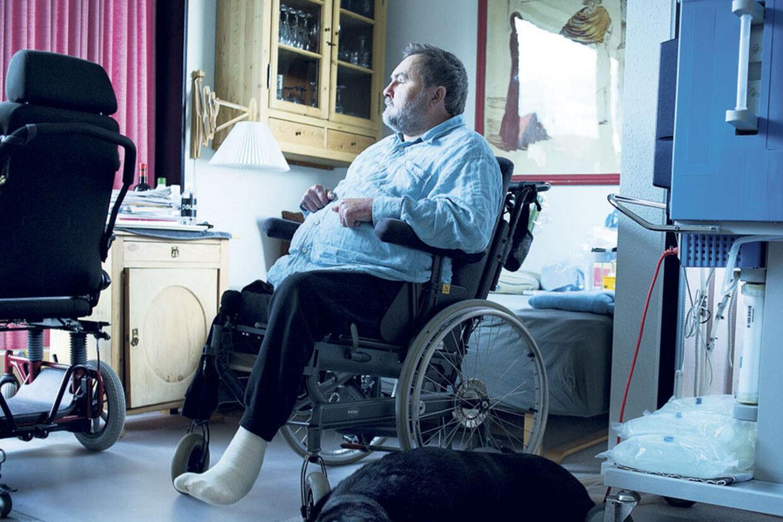 Michael Madsen er bundet til sin kørestol efter anden dosis af kontrastmidlet Omniscan. En af de ting han savner er at gå en tur med sin gamle førerhund Lakrids.