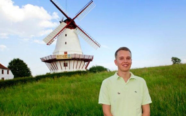 Den 21-årige Daniel Carlsen leder partiet på den yderste højrefløj, Danskernes Parti. I øjeblikket holder han ferie og besøger en række steder i Sønderjylland. I går gik turen til Dybbøl Mølle.