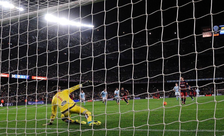 Lionel Messi triller bolden til højre.