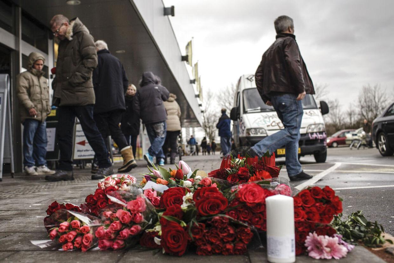 Bunken med blomster til minde om den 19-årige mand, der blev skuddrabt fredag aften vokser langsomt, mens lørdagen skrider frem.