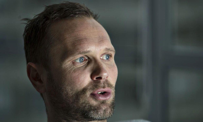 Lars Christiansen har måtte tage hjem fra EM i håndbold, hvor han er ekspertkommentator for TV2