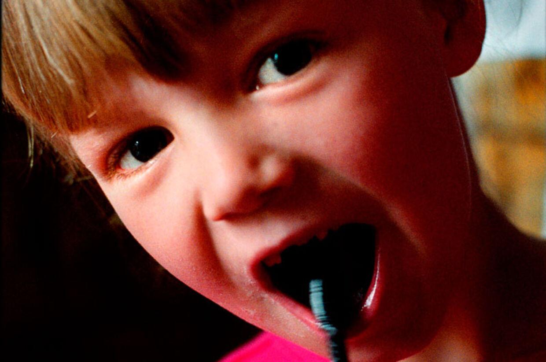 Det handler om andet end god mundhygiejne, når man børster tænder flere gange dagligt. Manglende børstning øger nemlig risikoen for at belaste immunsystemet og senere også kredsløb og hjerte.