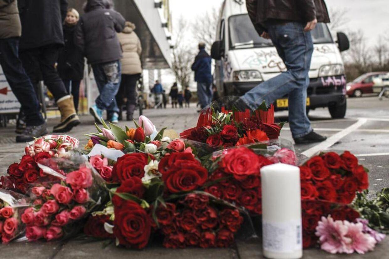 En prominent HA-rocker var lørdag forbi det mindested, hvor pårørende og venner har lagt blomster for den skuddræbte 19-årige.