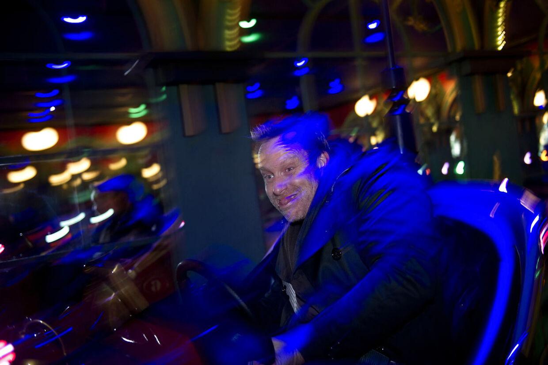 Adam Price prøver Tivolis nye opdaterede radiobiler. Men det bliver der ikke tid til, når sæsonen går i gang. Både Adam og James Price har nemlig travlt med musik, teater, film og revyer ved siden af deres to restauranter.