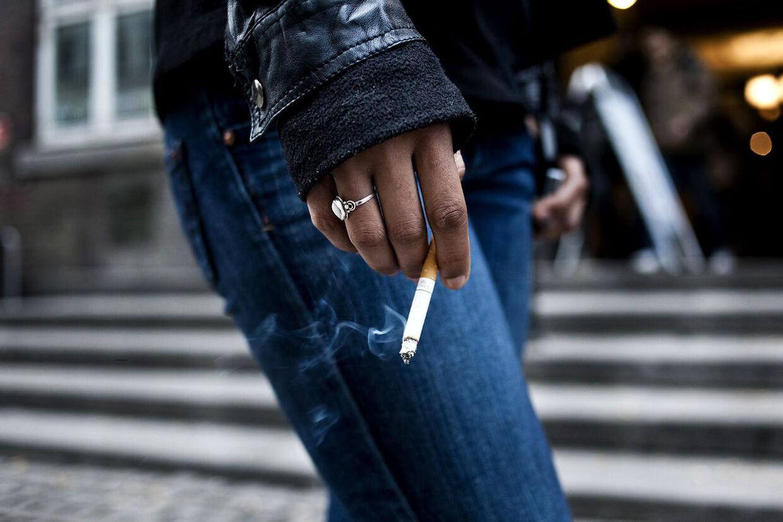 Unge har - trods forbud - nemt ved at købe tobak. Arkivfoto