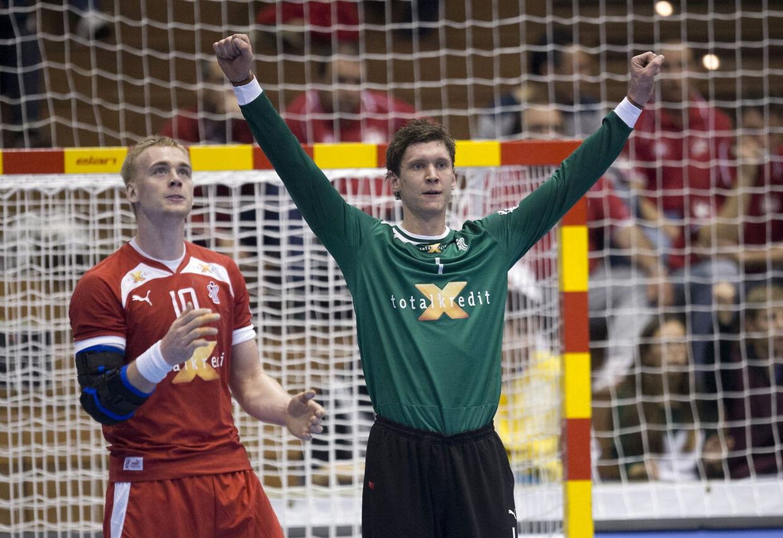 Danmarks keeper Niklas Landin (th) og René Toft Hansen spillede til 12 i kampen mod Makedonien.