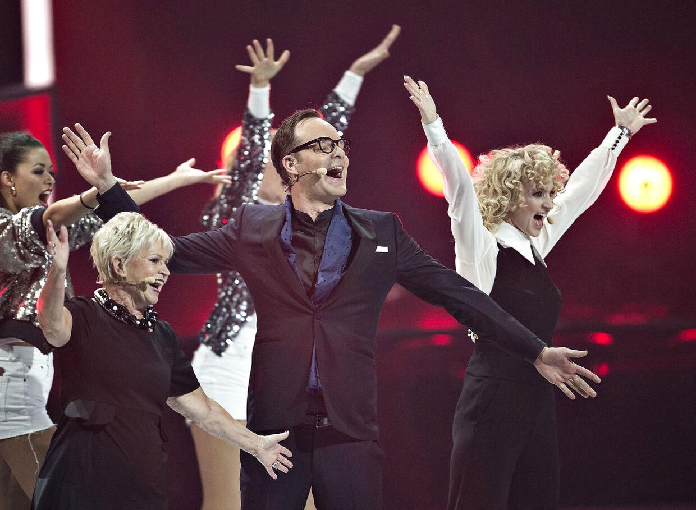 Værterne Annette Heick, Hilda Heick og Jacob Riising på scenen.