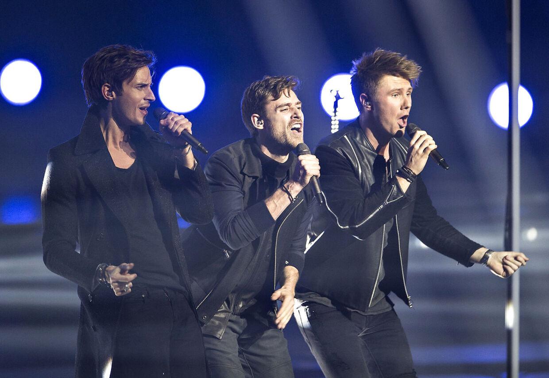Sang nr.6: Soldiers of Love, sunget af gruppen Lighthouse X bestående af Johannes Nymark, Martin Skriver og Søren Bregendal