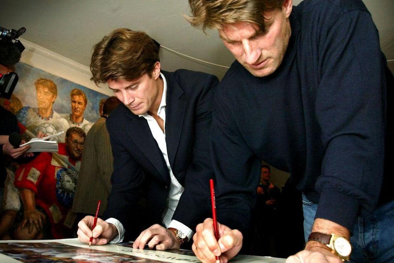 Brian og Michael Laudrup drev begge forretninger med den nu anklaget fallent Steen Gude. Her ses brødrende sammen, hvor de signerer plakater i Atelier Eisner i Klampenborg.