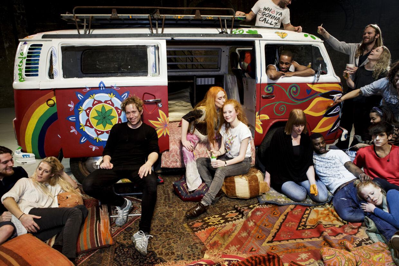 Anna Sofie Steen (yderst til venstre) sammen med resten af ensemblet i Hair.