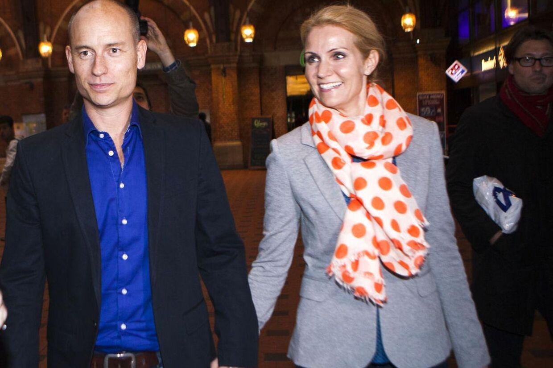Thorning med manden Stephen Kinnock på vej til Go Aften Danmark.