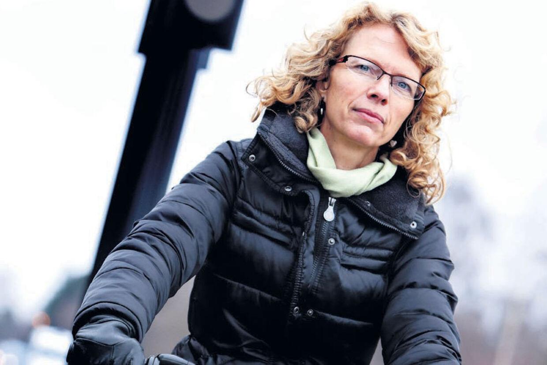 American Express måtte betale 16.000 kr. for de skader, kreditkortets indehaver lavede på en udlejningsbil, da hun kørte en cyklist ned i Købenahvn. Nu kræver American Express, at cyklisten, Helle Kühl, skal betale de 16.000 kr.