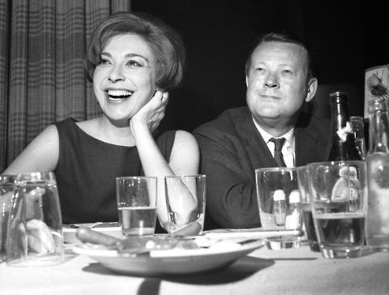 Helle Virkner faldt pladask for den charmerende Jens Otto Krag, og de to blev hemmeligt gift i 1959. Hun elskede ham betingelsesløst, selvom han ofte var hende utro.