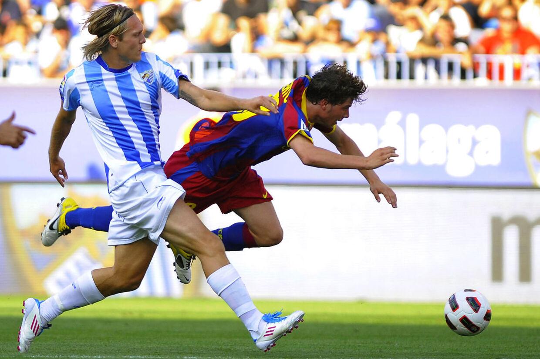 Kris Stadsgaard i duel med Barcelonas Sergi Roberto. Han vil også i næste sæson spille for Malaga, fastslår farmand og rådgiver Knud Stadsgaard.