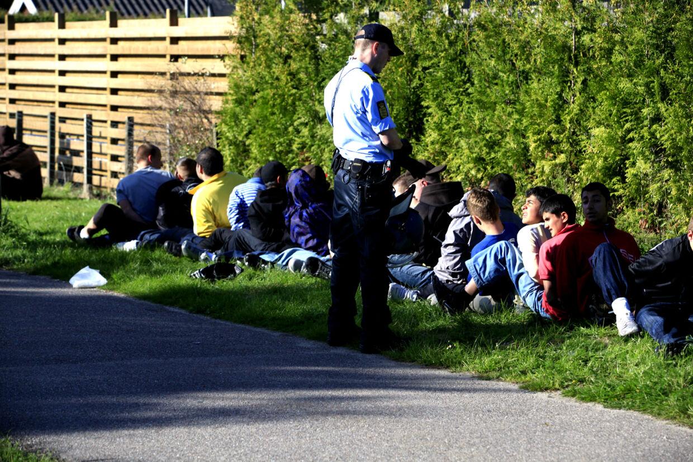 Her sidder nogle af de 54 anholdte i såkaldt 'futtog'.