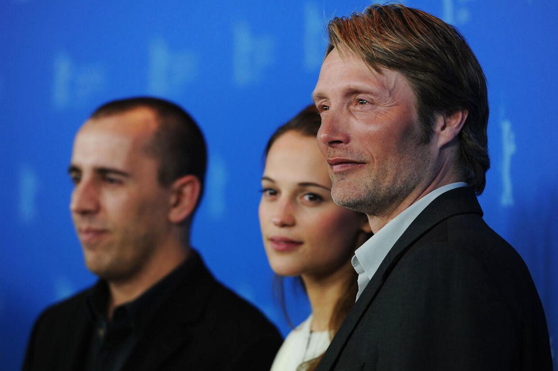 Instruktør Nikolaj Arcel med Alicia Vikander og Mads Mikkelsen på den røde løber ved Berlin Filmfestivalen.