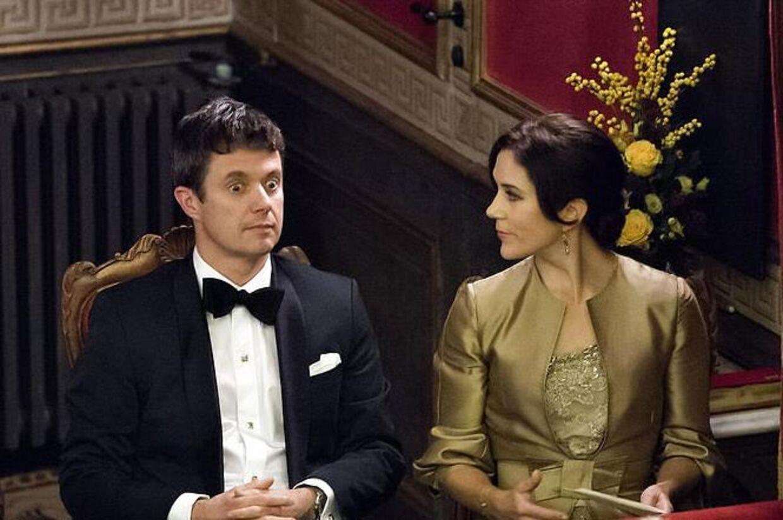 Kronprinsparret var også med til fest. Gad vide hvad Kronprinsen fik øje på?