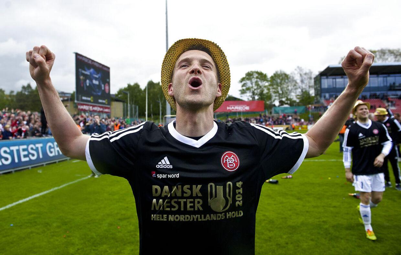 Kenneth Emil Petersen jublede søndag over AaBs DM-guld. Men nu er han skadet, og kan derfor ikke deltage i nordjydernes pokalfinale på torsdag i Parken mod FC København.