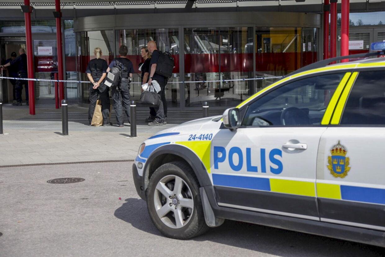 Vidner fortæller, at to til tre politibiler og fem ambulancer har været tilstede ved knivoverfaldet i en IKEA i Sverige, oplyser Aftonbladet. To personer er dræbt, mens en tredje er alvorligt såret. Foto: REUTERS/Peter Kruger