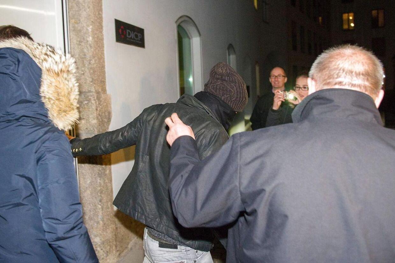 Her føres en hætteklædt Robert Lewandowski væk fra en lægeundersøgelse af Bayern Münchens klublæge Hans-Wilhelm Mueller-Wohlfahrt. Lewandowski skiftede lørdag aften til Bayern München