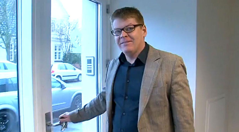 Tommy Kamp lånte café-ejer Mural Kitirs bil, da han sidste år skulle til Skanderborg Festival. I Skanderborg blev Kamp standset af politiet - uden kørekort. Det var nemlig inddraget efter spritkørsel