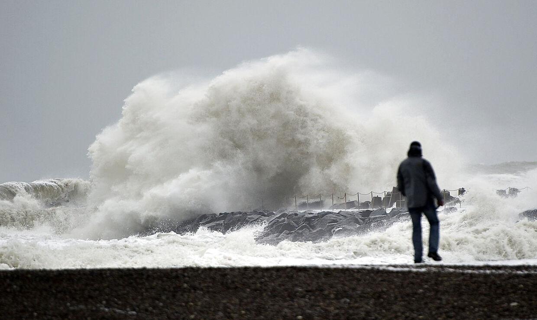 Mandagens storm når Danmark i løbet af formiddagen og rammer især vestjyderne.