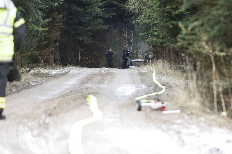 Den udbrændte bil blev fundet nede af en skovvej i Allerød