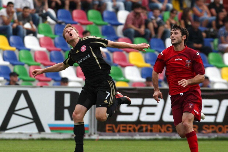 Anders Due (tv) i duel med Gulverd Tomashvili fra FC Dila Gori. Danskerne tabte hele 3-0.
