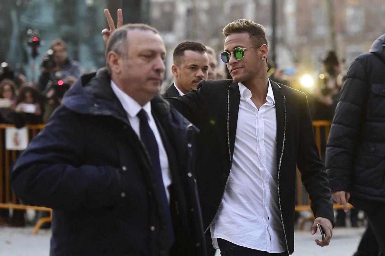 Neymar på vej i retten i Madrid i skattesagen i Madrid.
