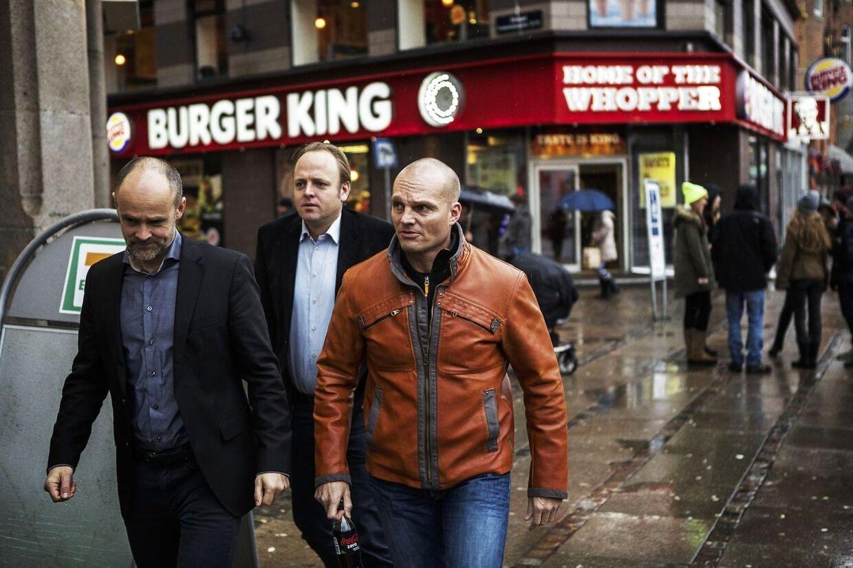 Her ses Stein Bagger under en lille pause i fredagens retsmøde 7.februar 2014 i Københavns Byret, hvor han skulle i 7-Eleven med sine to forsvarer. Bagmandspolitiet kræver ubetinget fængsel til den bedrageridømte forretningsmand Stein Bagger.