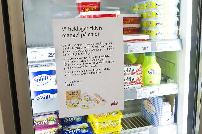 Den norske mejerigigant TINE kan for tiden kun levere 70 procent af det smør, som det norske marked har behov for. Det betyder, at flere butikker har udsolgt af smør.