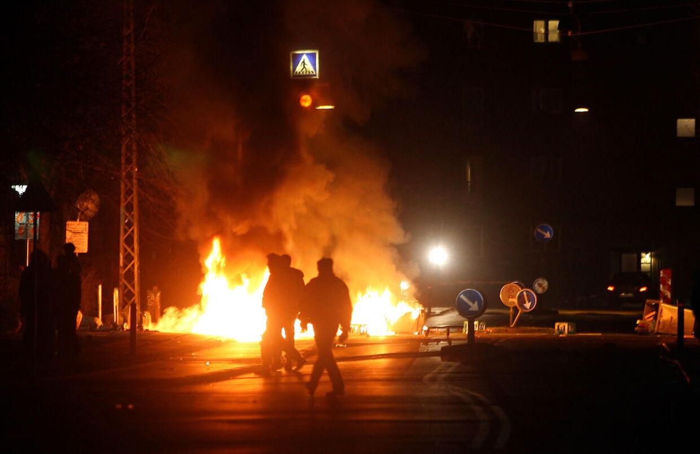 Brændende biler er blevet et normalt syn i dagens Danmark. Kriminelle unge bruger det dels som en måde at slette spor efter en forbrydelse, eller for at demonstrere deres magt og skabe frygt. Billedet er fra tidligere uroligheder på Nørrebro i København (Arkivfoto)