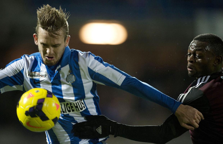 Esbjerg-spilleren Kian Hansen, tv, i kampmod FCKs Igor Vetokele