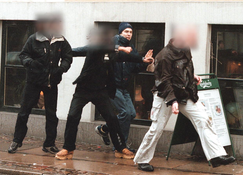 I 1995 blev en af tæskeholdets aktioner fanget på kamera. Her ses en ung Søren Lerche overfalde en svensk nazist fra den højreekstremistiske organisation Blood & Honour.