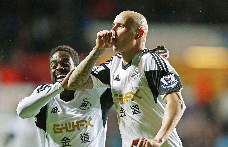 Jonjo Shelvey scorede det første af Swanseas to mål i sejren over Fulham.