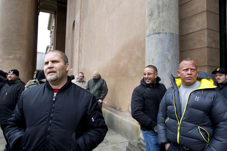Brian Sandberg mellem HA's ukronede konge, Jønke og hans livvagt Esben Hertz.Da Sandberg i 2005 var venner med Lille A fra Blågårds Plads drillede HA-vennerne ham med, at han nok snart blev muslim, afslørerSandberg i bogen 'Gangster', der udkommer i dag.