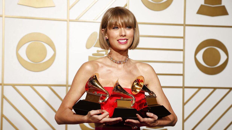 Taylor Swift med hendes i alt tre Grammy-statuetter fra årets prisuddeling.