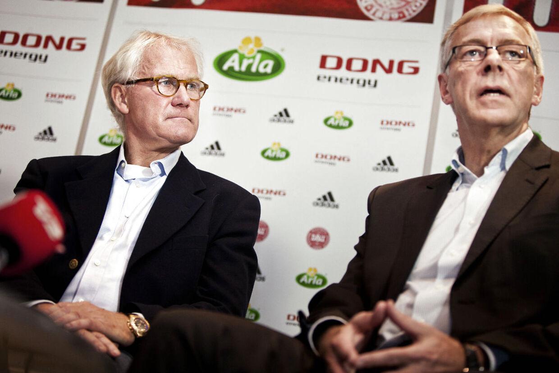 Morten Olsen fortsætter mindst efteråret ud som landstræner: Jim Stjerne Hansen, (th) og Morten Olsen.(Foto: Camilla Rønde/Scanpix 2013)