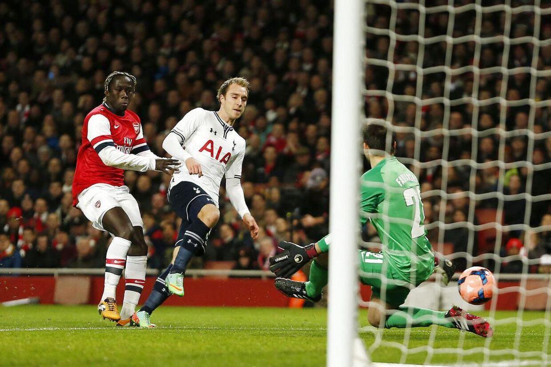 Christian Eriksen fik tidligt i kampen en stor mulighed, men skød lige på Arsenal-målmanden.