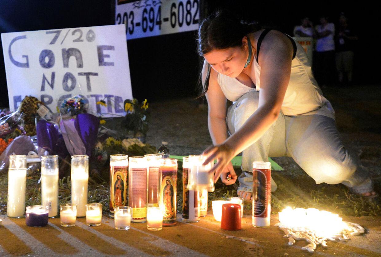 12 døde under massakren i Aurora, Colorado for et døgn siden. Nu kræver en række kendte at våbenloven bliver strammet.