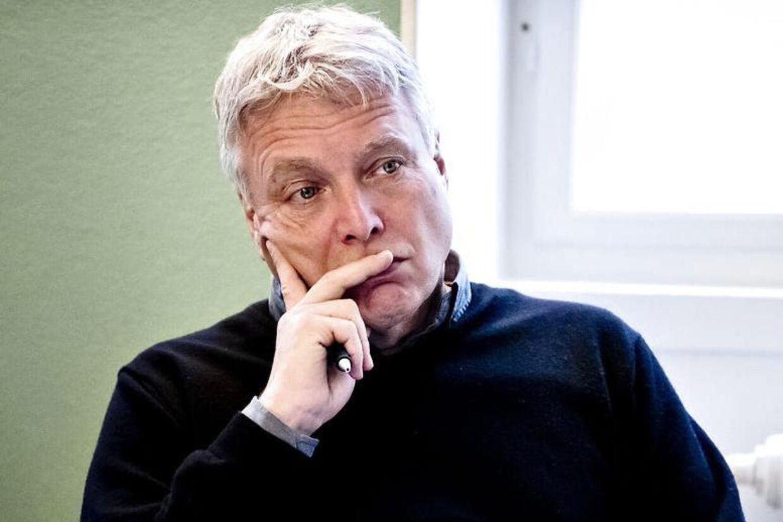 Kulturminister Uffe Elbæk skal stå skoleret - igen - i morgen, når han skal i samråd.