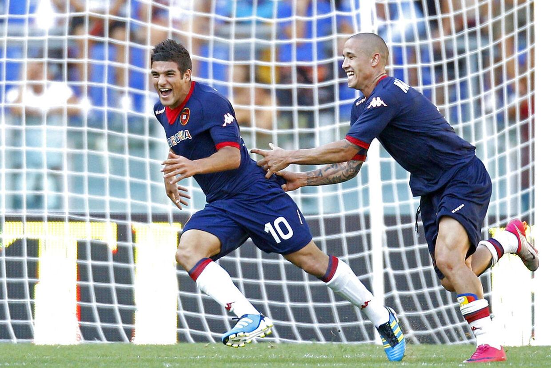 Cagliari's Moestafa El Kabir (L) celebrates with his teammate Radja Nainggolan after scoring against AS Roma at the Olympic stadium in Rome September 11, 2011. REUTERS/Max Rossi (ITALY - Tags: SPORT SOCCER)