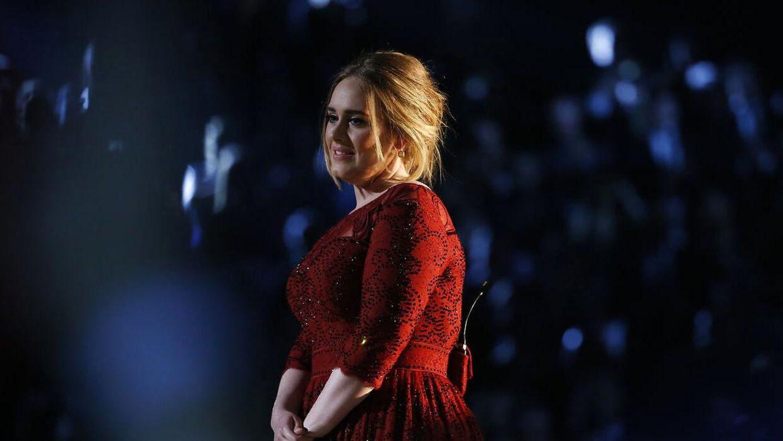Adele finder det anstrengte smil frem efter det tekniske uheld under hendes optræden til Grammy 2016.