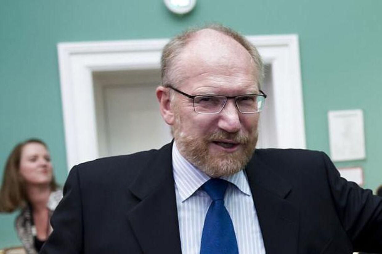 Der er en »væsentlig risiko« for, at kulturminister Uffe Elbæk må gå af i forbindelse med nepotisme-sagen, lyder det fra Statsrevisorernes formand, Peder Larsen.